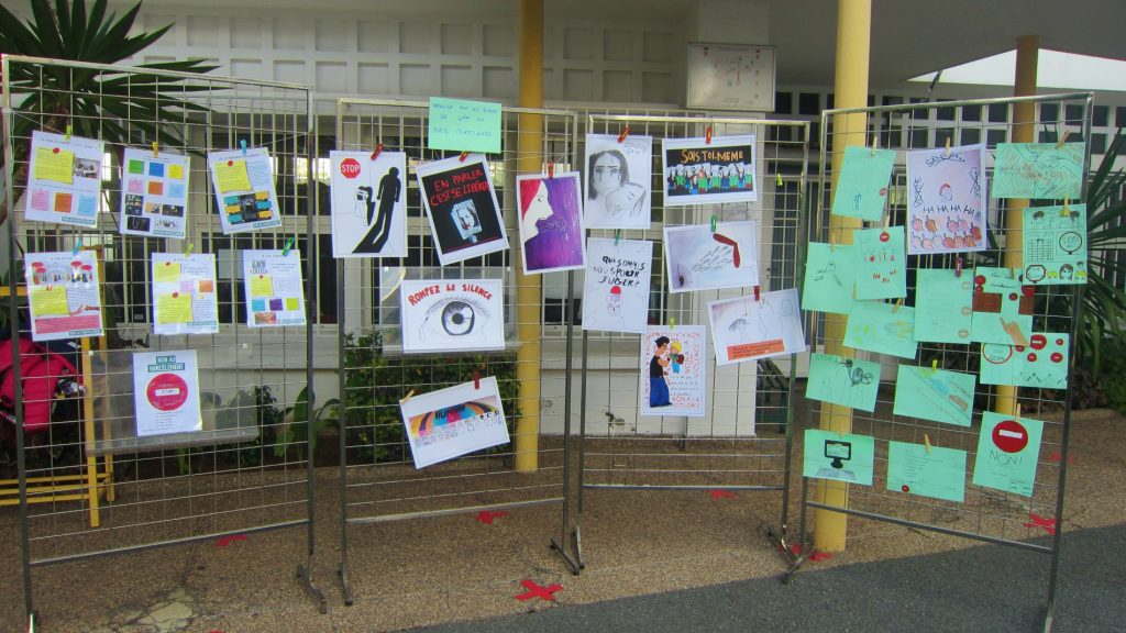 Panneaux d'exposition contre le harcèlement scolaire